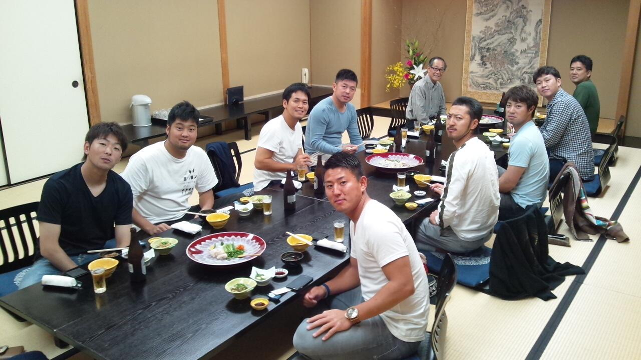 【悲報】広島カープ年俸高騰で破綻寸前、キャンプの打ち上げの食卓が貧相過ぎると話題に